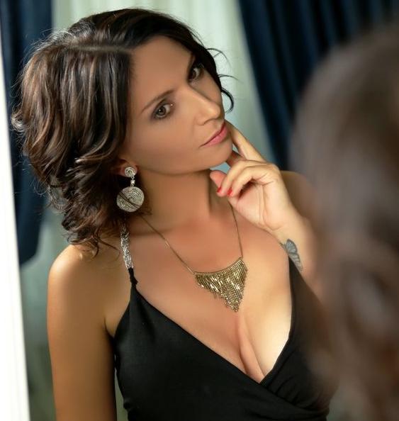 VivianneStein showing some cleavage